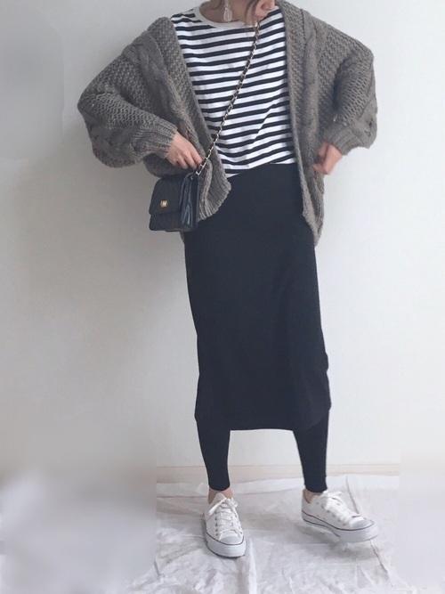 白スニーカー×黒タイトスカートの春コーデ