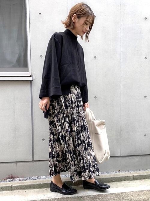 クルーネックシャツ×花柄プリーツスカート