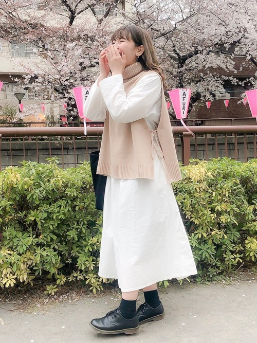 白ワンピース×ベージュベストの夜桜コーデ