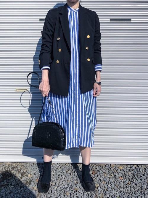 青シャツワンピース×ジャケットの40代春コーデ