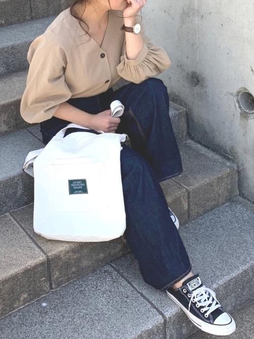 ベージュブラウス×デニムパンツの40代春コーデ