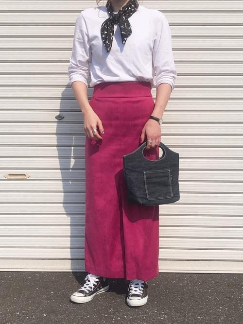 カットソー×ピンクタイトスカート×コンバース
