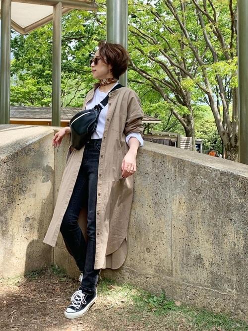 シャツワンピース×紺デニムの40代春コーデ