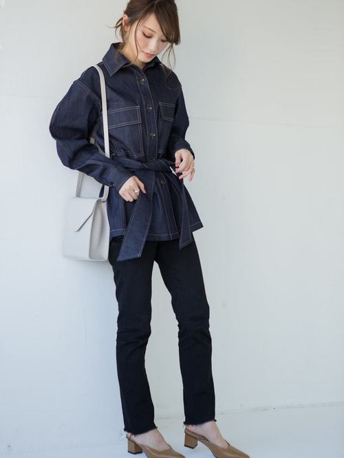 ベルト付きデニムシャツ×黒パンツの春コーデ