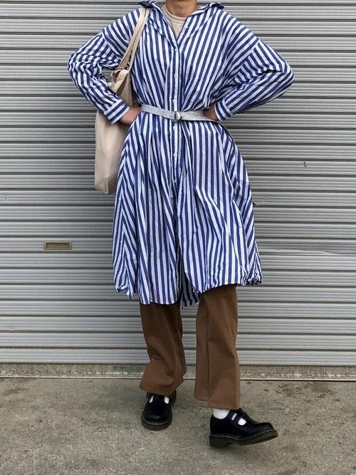 青シャツワンピース×茶色パンツの40代春コーデ