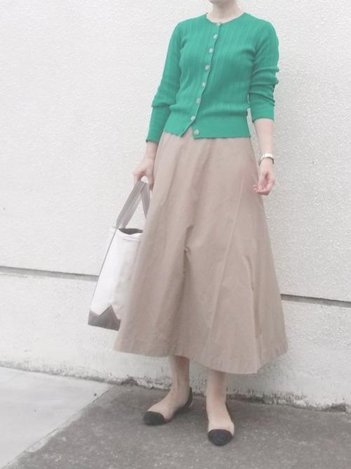 Aラインスカートで40代のオフィスカジュアル