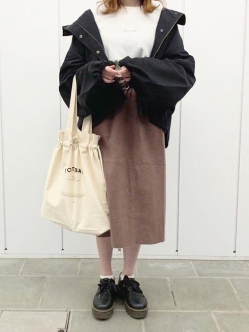 黒ブルゾン×茶色タイトスカートの夜桜コーデ
