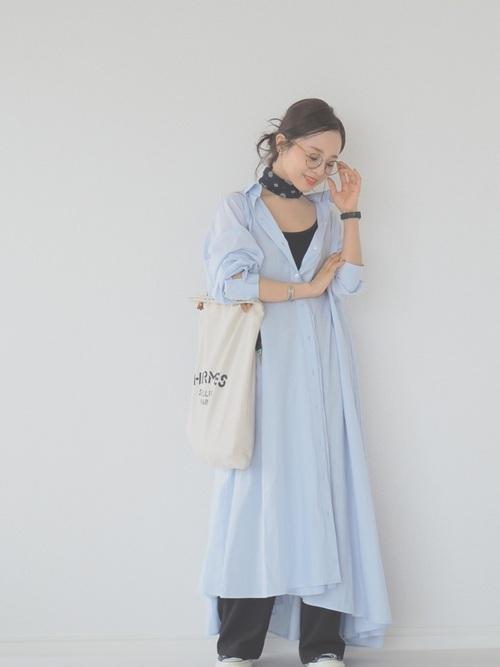 水色ロングシャツワンピースの40代春コーデ