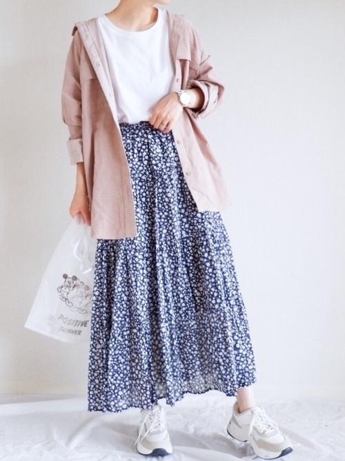 厚手シャツ×花柄スカートのお花見コーデ
