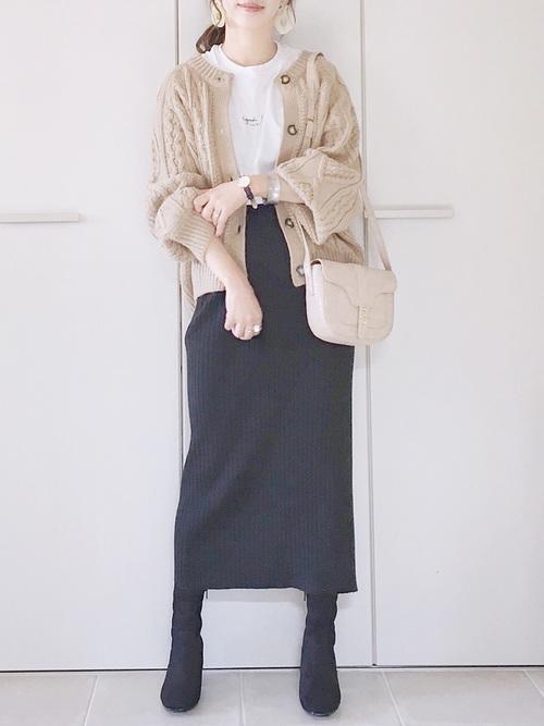 リブスカートはタイトなシルエットをチョイス