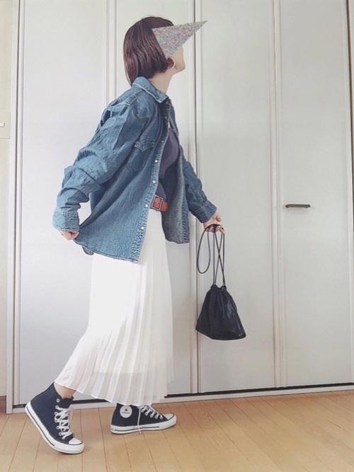 デニムシャツ×白スカートのレディース春コーデ