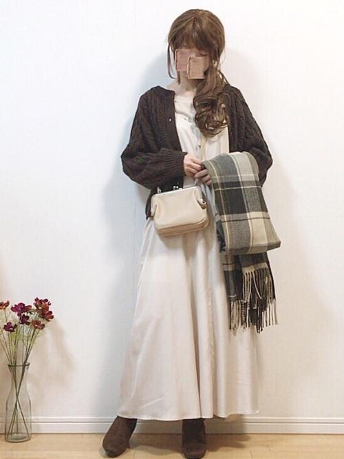 白ワンピース×ケーブル編みカーディガン