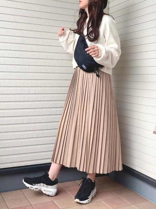 白スウェット×ベージュスカートのお花見コーデ