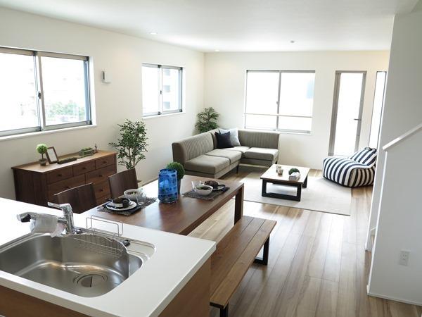 窓の多い家を楽しむ家具の置き方