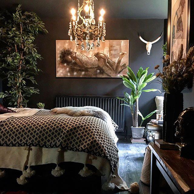 ブラックなベッドルーム