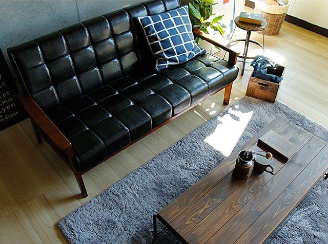 ヴィンテージ感のあるソファで寛ぐ実例