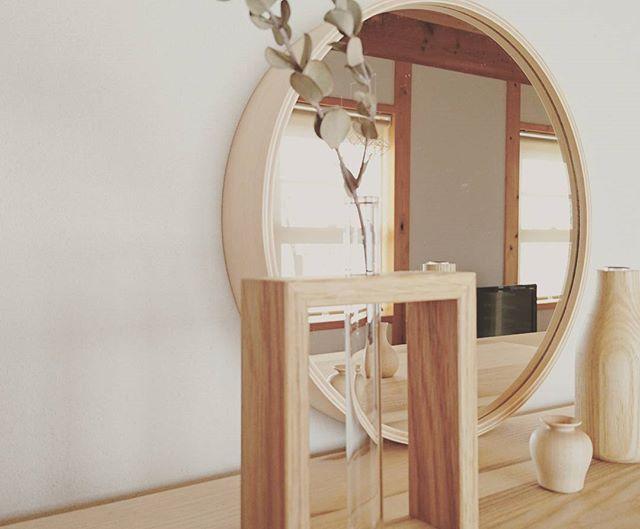 鏡の形にこだわってナチュラル感も演出