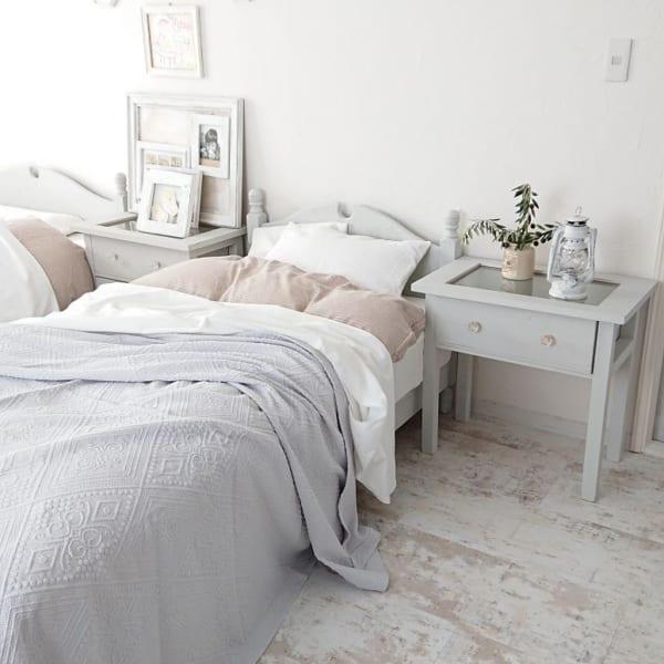 淡い色でまとめたフレンチスタイルの寝室