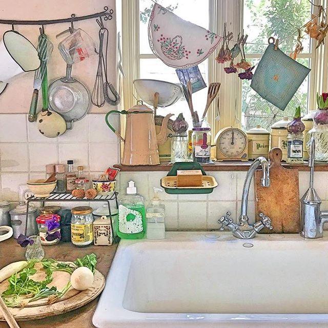 キッチンインテリアになる可愛い壁収納術