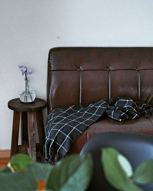 ダークカラーのソファーはクラシックなイメージ
