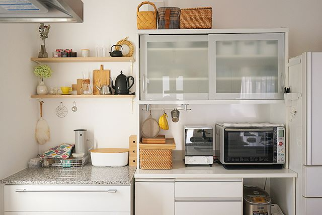 清潔感溢れる鏡面仕上げの食器棚2