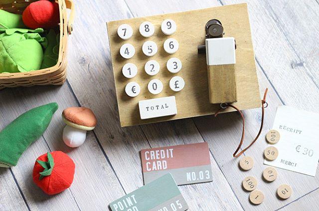 おもちゃの木製レジスター