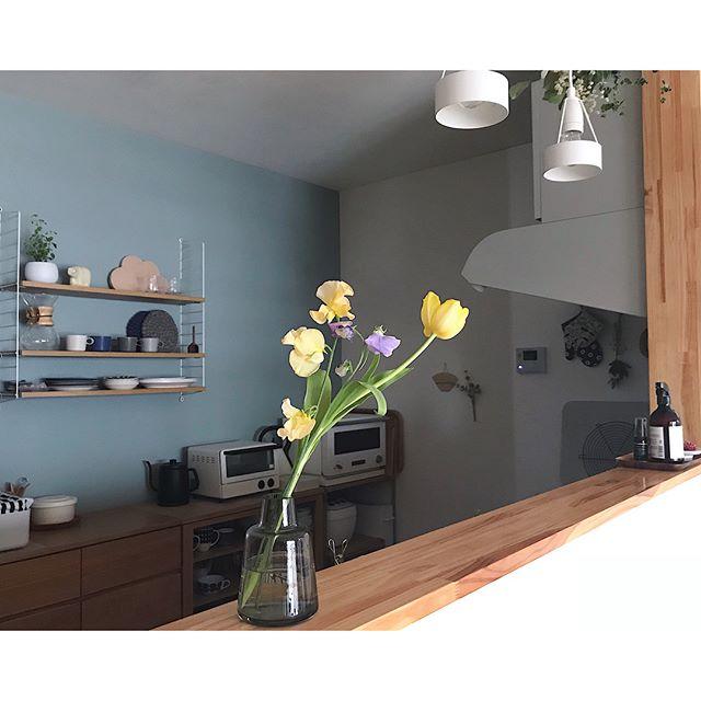 キッチンの壁面収納でモノトーン空間
