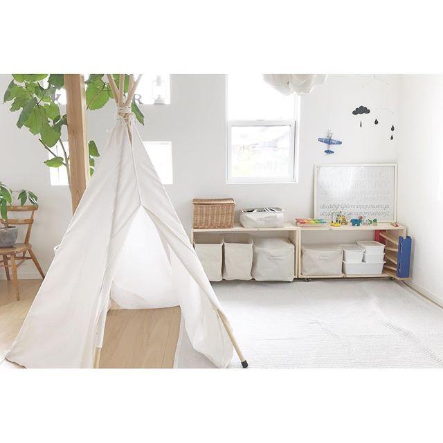 隠れ場のようなテントとおもちゃ収納