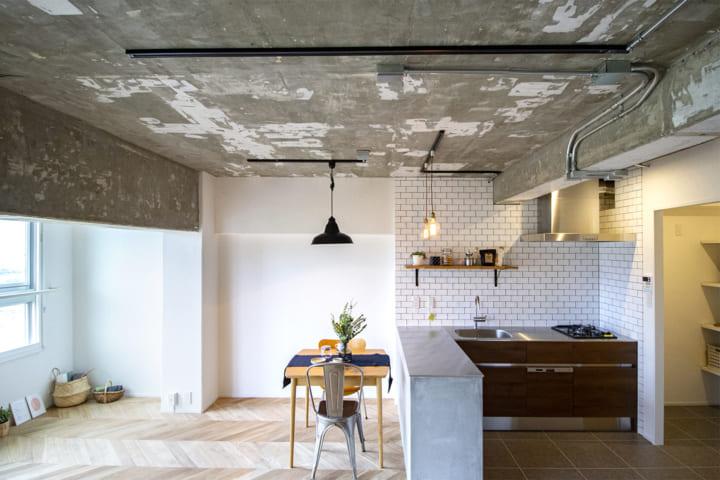 モルタル仕上げのキッチンカウンター