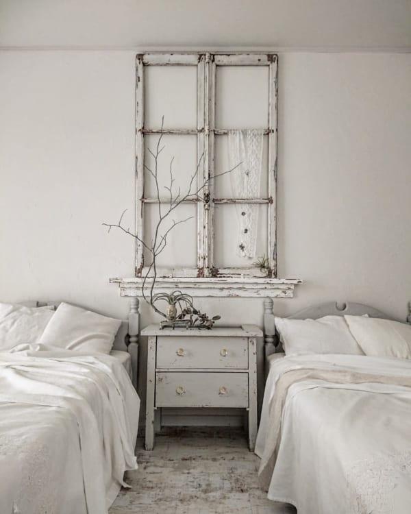 アンティークの窓枠を寝室にDIY