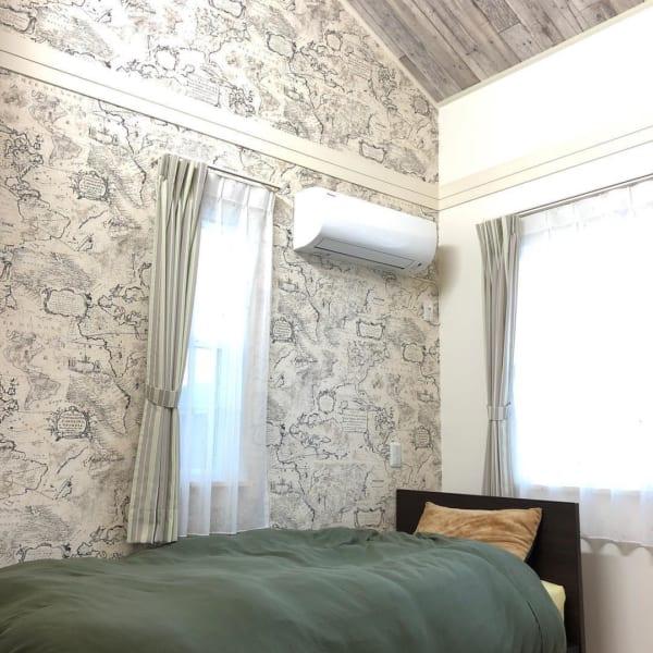 アンティークな壁紙がおしゃれな寝室
