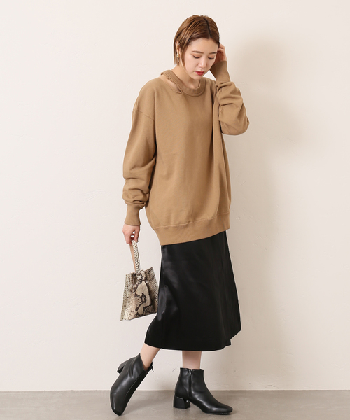 ニット×サテンスカート