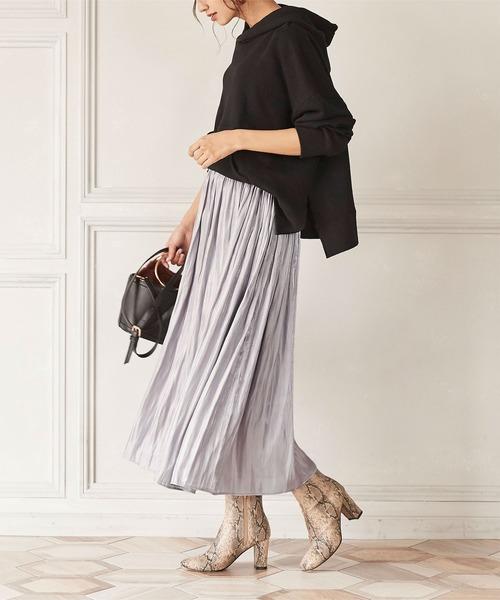 黒パーカー×光沢フレアスカート