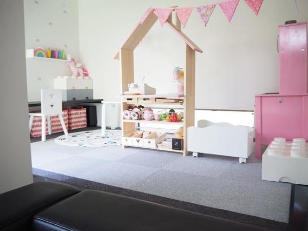 見せる収納のカラフルな和室女の子部屋