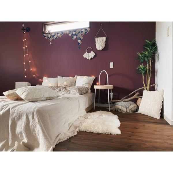 クラシカルでモダンな雰囲気の寝室