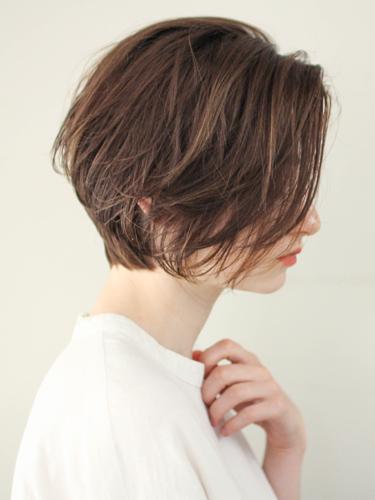 ウェットで色っぽい前髪なし前下がりショート