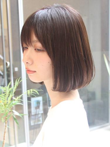 前髪に隙間を作ったボブヘアスタイル