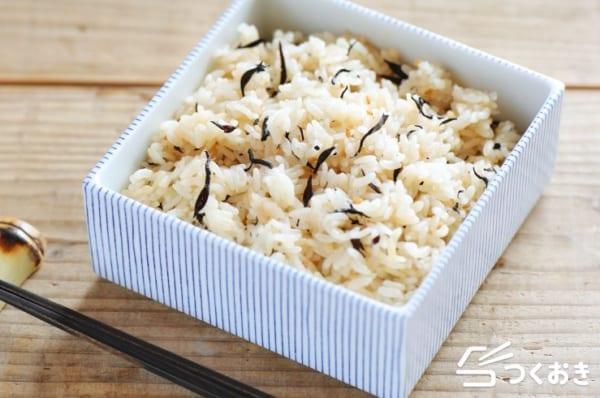 簡単な付け合わせに!天ぷらとひじきご飯