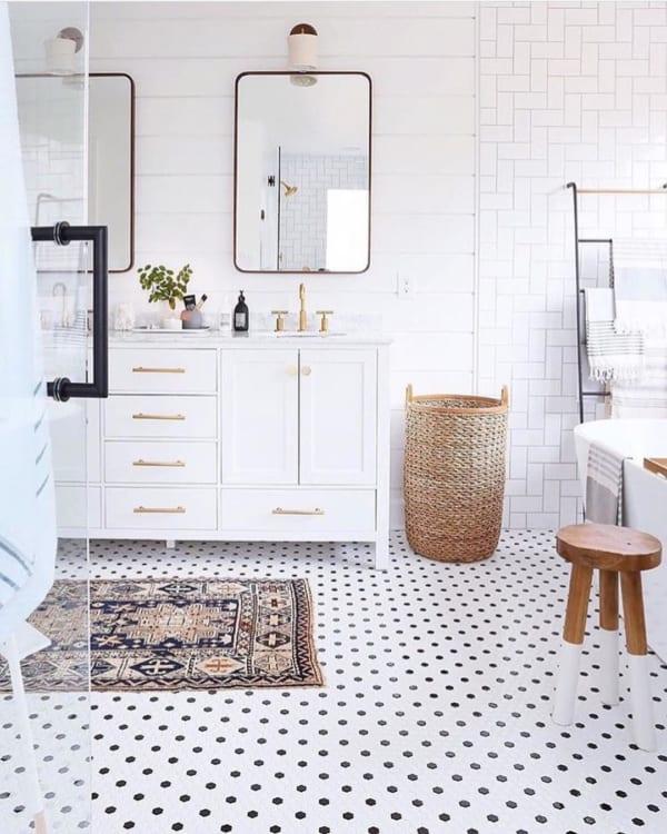 おしゃれなタイル床が魅力の海外バスルーム4
