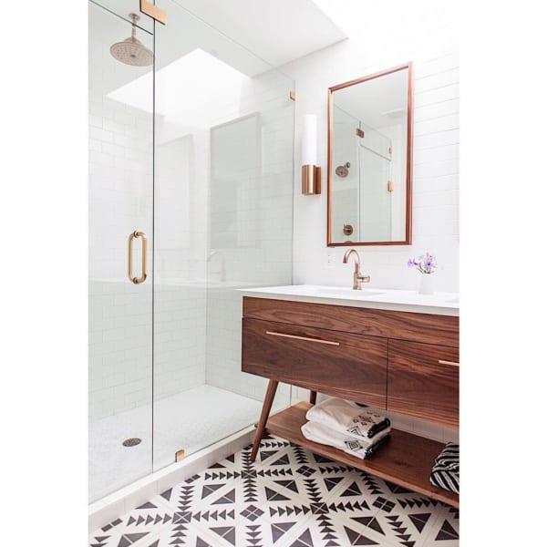 おしゃれなタイル床が魅力の海外バスルーム5