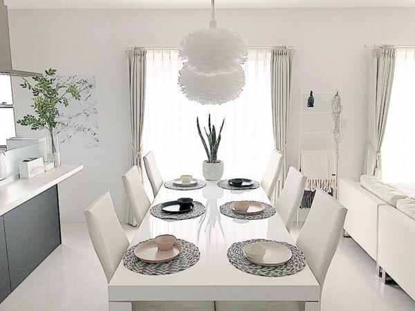 テーブルウェアを楽しむホワイトインテリア