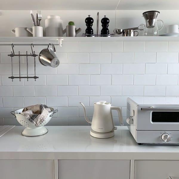 モノトーンとメタルで清潔感のあるキッチン