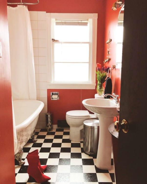 おしゃれなタイル床が魅力の海外バスルーム6