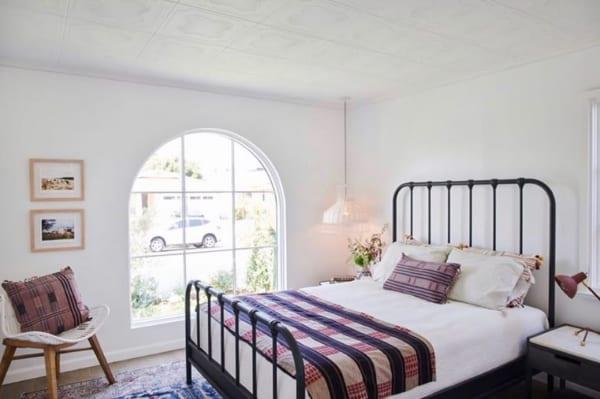 ガーリーなアメリカンインテリアの寝室