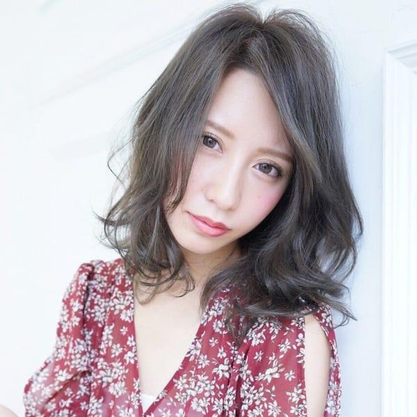 黒髪ミディアム×巻き髪×フェミニンスタイル