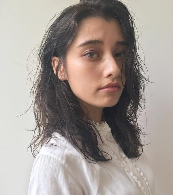 黒髪ミディアム×巻き髪×揺れ髪
