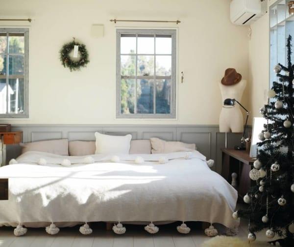 腰壁がおしゃれな寝室