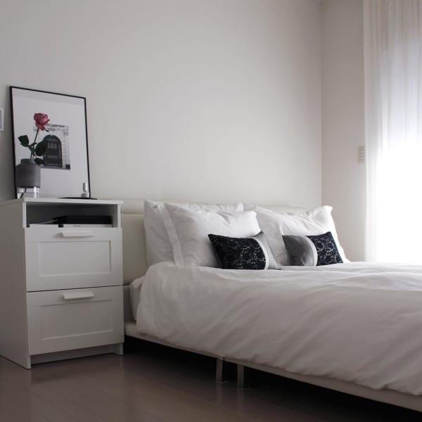 アート空間のようなモダン寝室インテリア