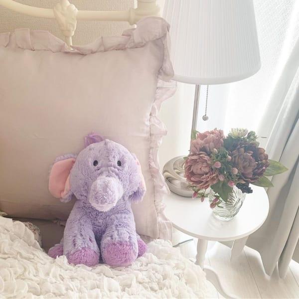 ロマンティックなフェイクフラワーで飾る寝室