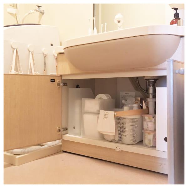 半透明の収納アイテムで統一感のある洗面台下収納